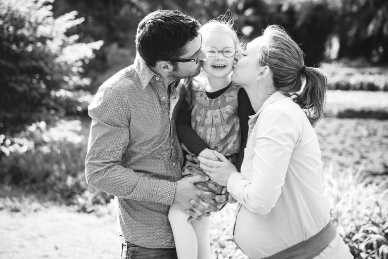 famille en touraine faisant un bisous à leur fille