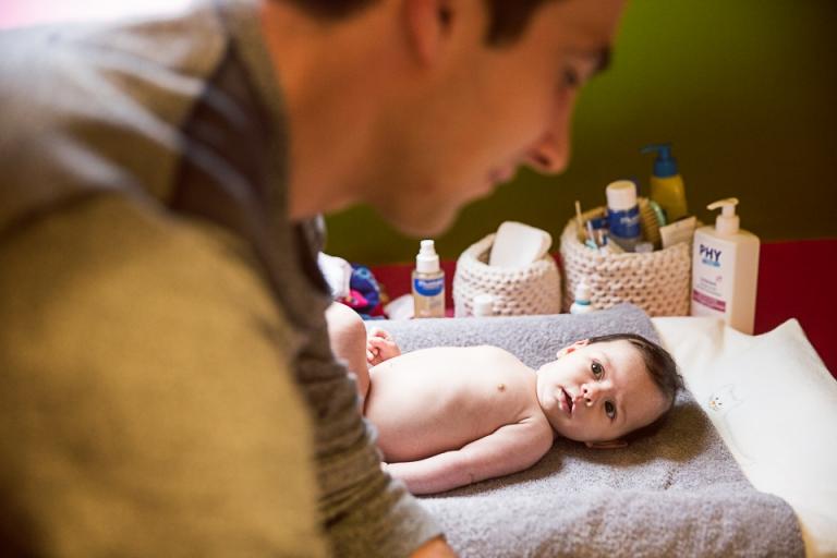 le bébé regarde son papa