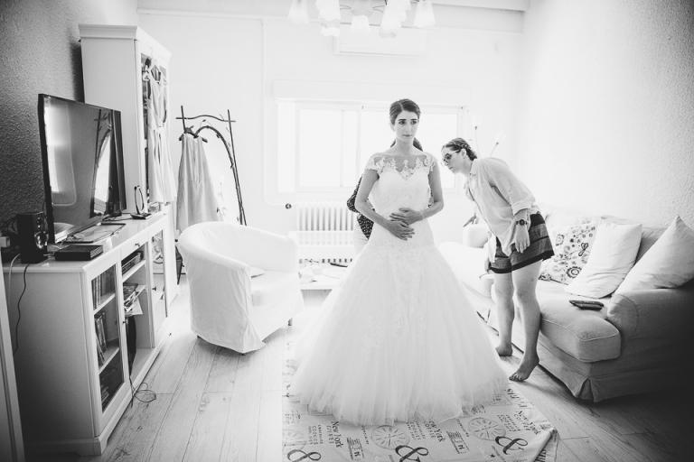 la mariée enfile sa robe avec sa mère