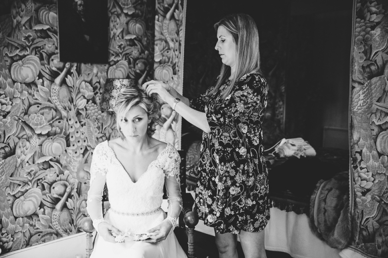 coiffure de la mariée dans une chambre du château de la voûte