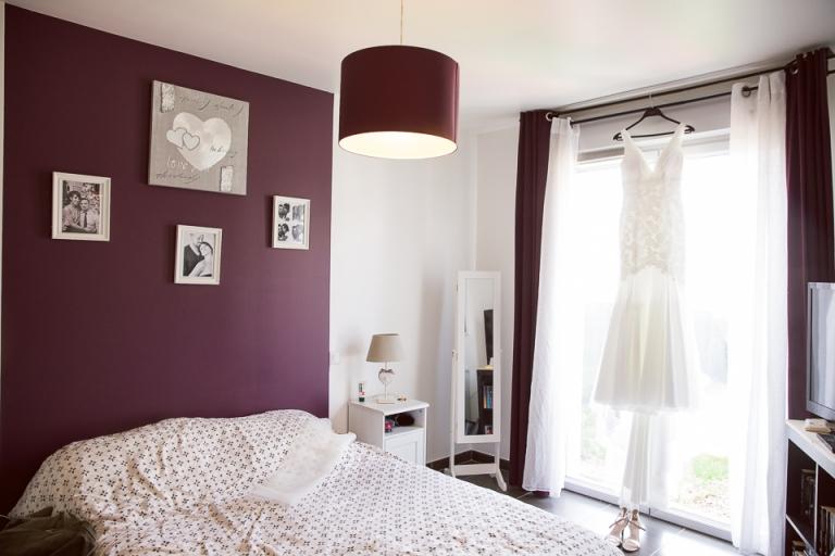 robe de mariage accrochée dans la chambre