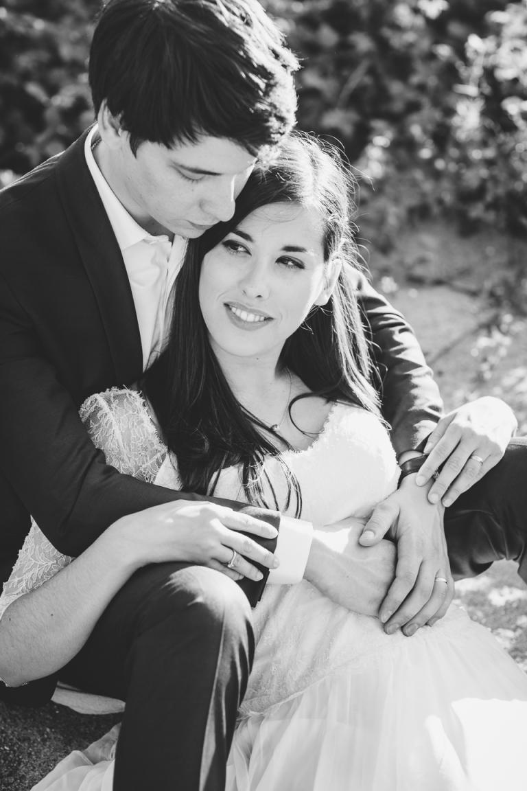 le marié enlace la mariée