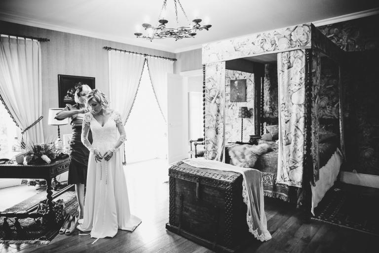 habillage de la mariée au château de la Voûte